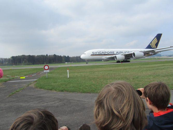 Ein A380 beim Start aus nächster Nähe